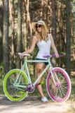 Muchacha hermosa con la bicicleta colorida imagen de archivo libre de regalías