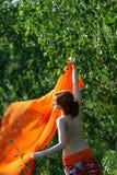 Muchacha hermosa con la bufanda anaranjada imagen de archivo libre de regalías