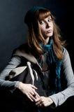 Muchacha hermosa con la bufanda, el sombrero y el bolso Fotos de archivo libres de regalías