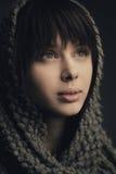 Muchacha hermosa con la bufanda hecha punto Fotografía de archivo