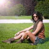 Muchacha hermosa con la bufanda y las gafas de sol Fotografía de archivo
