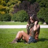 Muchacha hermosa con la bufanda y las gafas de sol Imagen de archivo libre de regalías