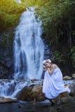 Muchacha hermosa con la cascada Imagenes de archivo