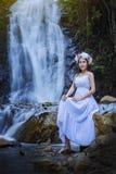 Muchacha hermosa con la cascada Fotografía de archivo
