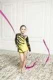 Muchacha hermosa con la cinta rosada de la gimnasia rítmica Imagen de archivo