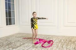 Muchacha hermosa con la cinta rosada de la gimnasia rítmica Fotografía de archivo