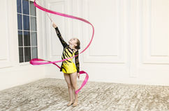 Muchacha hermosa con la cinta rosada de la gimnasia rítmica Imagen de archivo libre de regalías