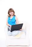 Muchacha hermosa con la computadora portátil. Fotografía de archivo libre de regalías