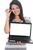 Muchacha hermosa con la computadora portátil Fotografía de archivo libre de regalías