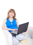 Muchacha hermosa con la computadora portátil. Imágenes de archivo libres de regalías