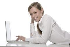 Muchacha hermosa con la computadora portátil Imagen de archivo