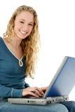 Muchacha hermosa con la computadora portátil en regazo Fotos de archivo libres de regalías
