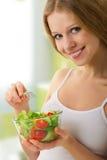 Muchacha hermosa con la ensalada vegetariana vegetal Fotografía de archivo libre de regalías