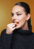Muchacha hermosa con la estación de la vitamina C de la mandarina de la fruta cítrica y el concepto sano Fotografía de archivo