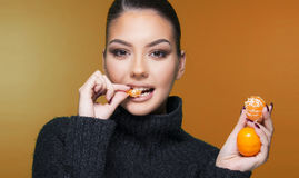Muchacha hermosa con la estación de la vitamina C de la mandarina de la fruta cítrica y el concepto sano Fotos de archivo libres de regalías