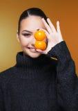 Muchacha hermosa con la estación de la vitamina C de la mandarina de la fruta cítrica y el concepto sano Fotografía de archivo libre de regalías