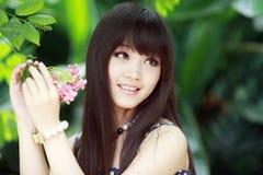 Muchacha hermosa con la flor Fotos de archivo libres de regalías