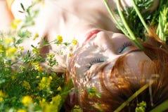 Muchacha hermosa con la flor amarilla fotografía de archivo libre de regalías