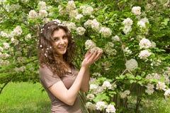 Muchacha hermosa con la flor en parque Fotos de archivo libres de regalías
