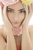 Muchacha hermosa con la guirnalda de flores Imagen de archivo