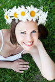 Muchacha hermosa con la guirnalda de la margarita en su cabeza Fotografía de archivo libre de regalías