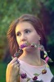 Muchacha hermosa con la guirnalda en las manos Foto de archivo