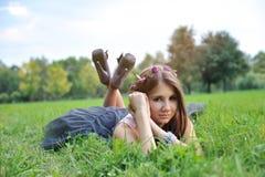 Muchacha hermosa con la guirnalda en las manos Fotos de archivo libres de regalías