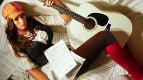 Muchacha hermosa con la guitarra acústica Fotos de archivo libres de regalías