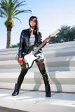 Muchacha hermosa con la guitarra eléctrica (1) Foto de archivo libre de regalías