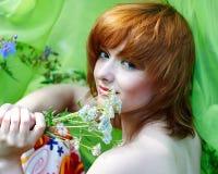Muchacha hermosa con la hierba de la milenrama imagenes de archivo