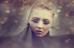 Muchacha hermosa con la máscara creativa del maquillaje Imagen de archivo libre de regalías