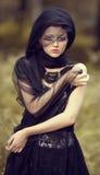 Muchacha hermosa con la máscara creativa del maquillaje Foto de archivo libre de regalías