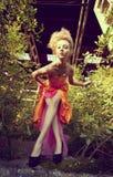 Muchacha hermosa con la máscara creativa del maquillaje Fotos de archivo