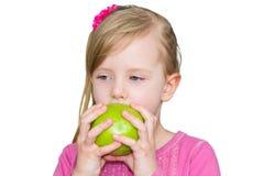 Muchacha hermosa con la manzana verde El concepto de consumición sana, la nutrición de niños Foto de archivo libre de regalías