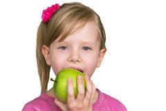 Muchacha hermosa con la manzana verde El concepto de consumición sana, la nutrición de niños Imagen de archivo libre de regalías