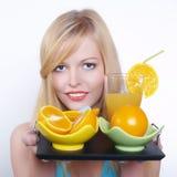 Muchacha hermosa con la naranja y el jugo Fotos de archivo libres de regalías