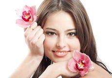Muchacha hermosa con la orquídea en blanco Imagen de archivo libre de regalías