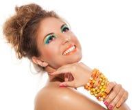 Muchacha hermosa con la pulsera hecha a mano y el maquillaje artístico Imagenes de archivo