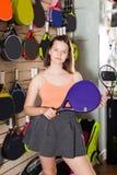 Muchacha hermosa con la raqueta Fotos de archivo libres de regalías
