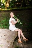 Muchacha hermosa con la rosa del blanco Fotos de archivo