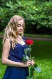 Muchacha hermosa con la rosa del rojo Fotos de archivo libres de regalías