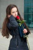 Muchacha hermosa con la rosa del rojo en invierno Fotos de archivo libres de regalías