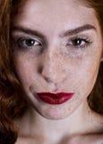 Muchacha hermosa con la sonrisa larga roja del pelo foto de archivo