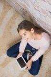 Muchacha hermosa con la tablilla Imagenes de archivo