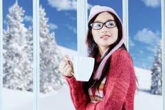 Muchacha hermosa con la taza de café Imagen de archivo libre de regalías