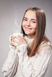 Muchacha hermosa con la taza de té o de café Fotografía de archivo libre de regalías