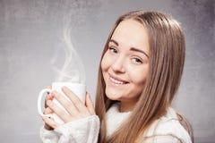 Muchacha hermosa con la taza de té o de café Fotografía de archivo