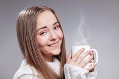 Muchacha hermosa con la taza de té o de café Foto de archivo