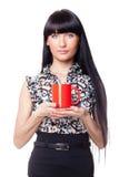 Muchacha hermosa con la taza roja Foto de archivo