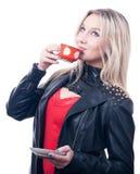 Muchacha hermosa con la taza roja de té Fotos de archivo